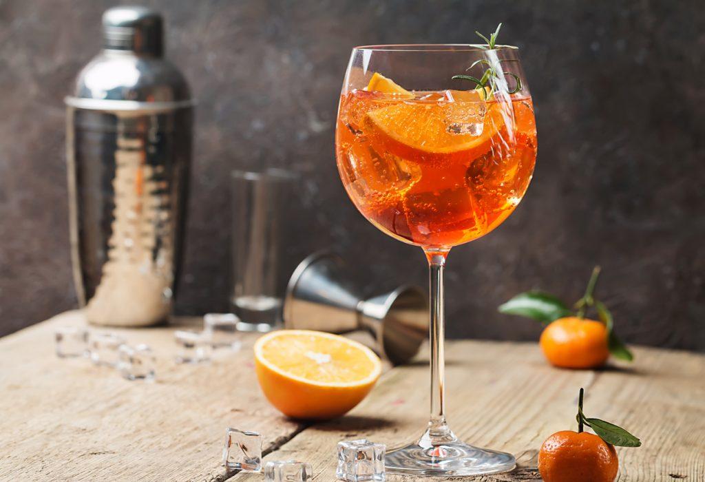Come si prepara il cocktail spritz? Ecco la ricetta per bartender